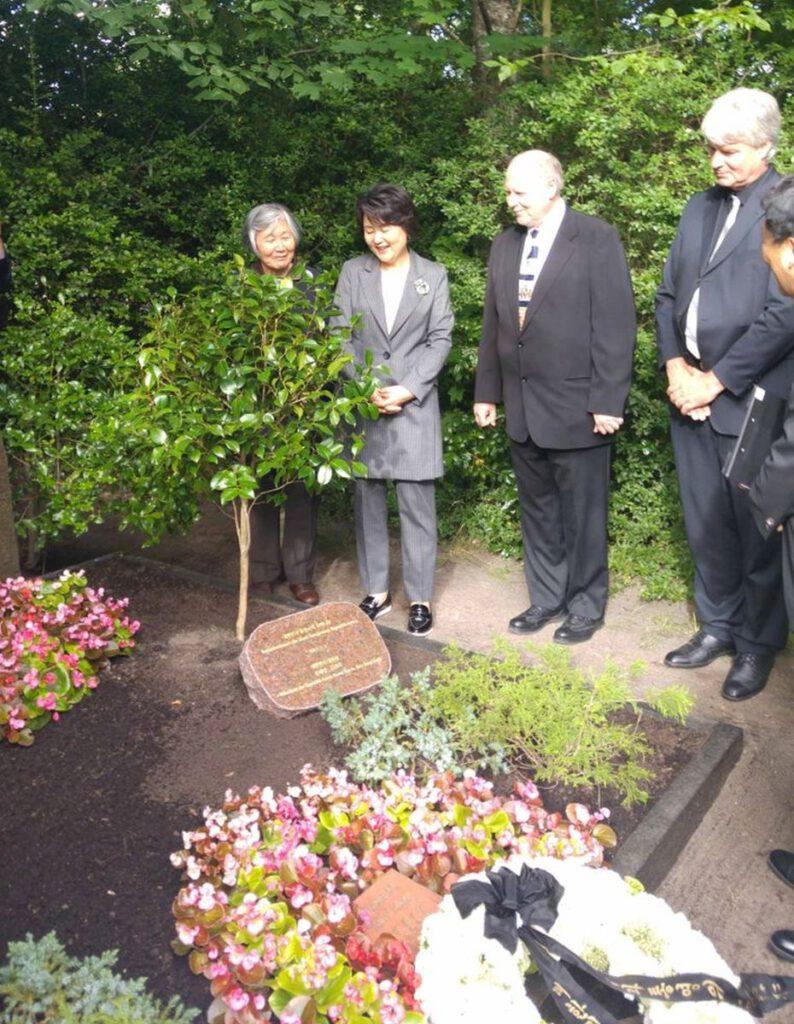 Frau des Staatspräsidenten der Republik Korea an Yuns Grab im Juli 2017